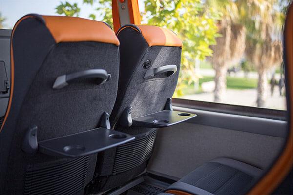 mesa-plegable-y-asientos-de-autocares-de-71-a-81-plazas