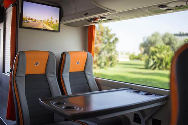 asientos-de-cuatro-con-mesa-en-medio-y-pantalla-autobuses-de-71-a-81-plazas