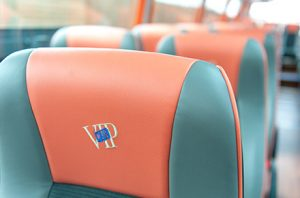 asientos-verdes-y-naranjas-autobuses-para-empresas