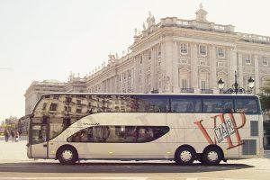 autocar-vip-car-de-dos-pisos-estacionado-en-plaza